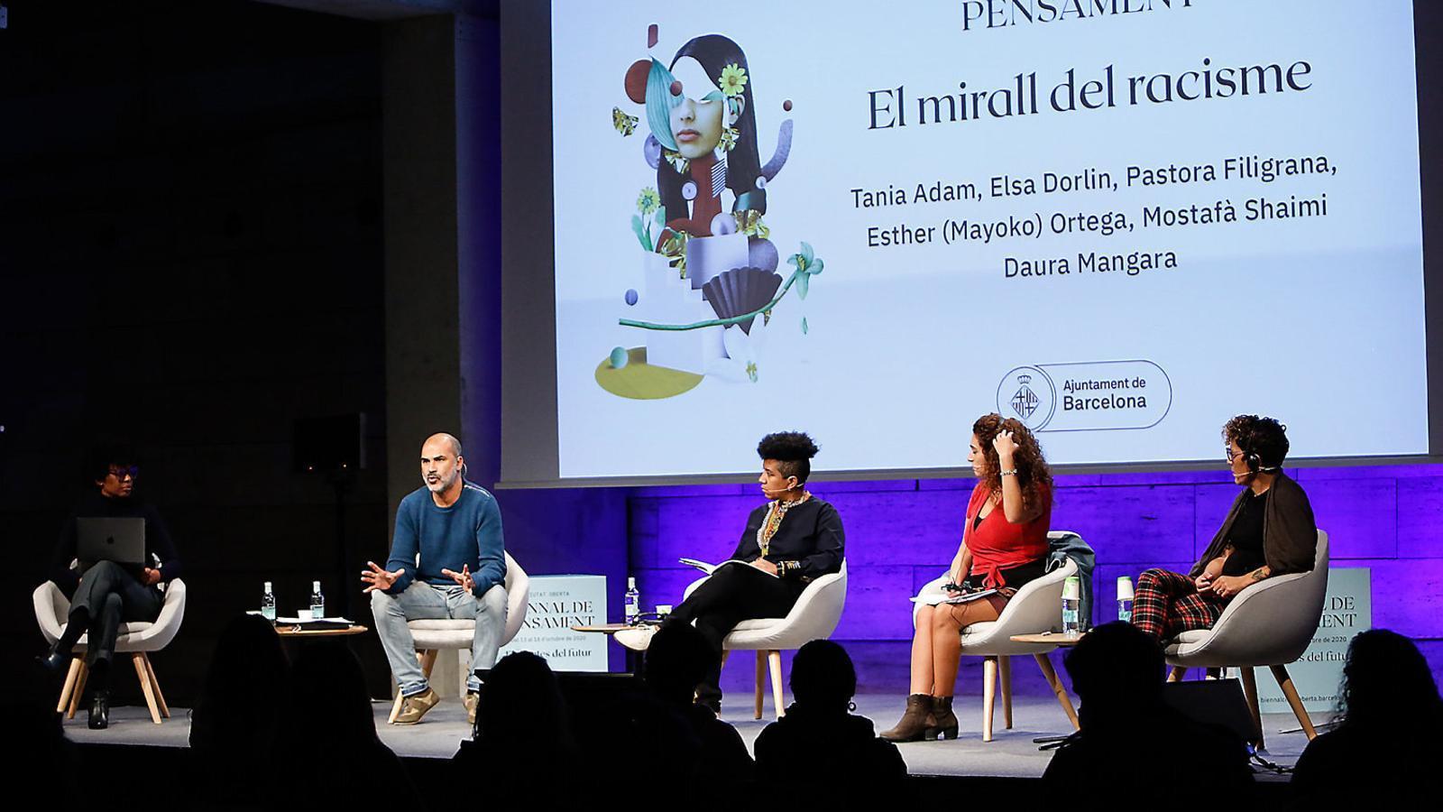 D'esquerra a dreta: Tania Adam, Mostafà Shaimi, Esther Mayoko Ortega, Pastora Filigrana i Elsa Dorlin a El mirall del racisme.
