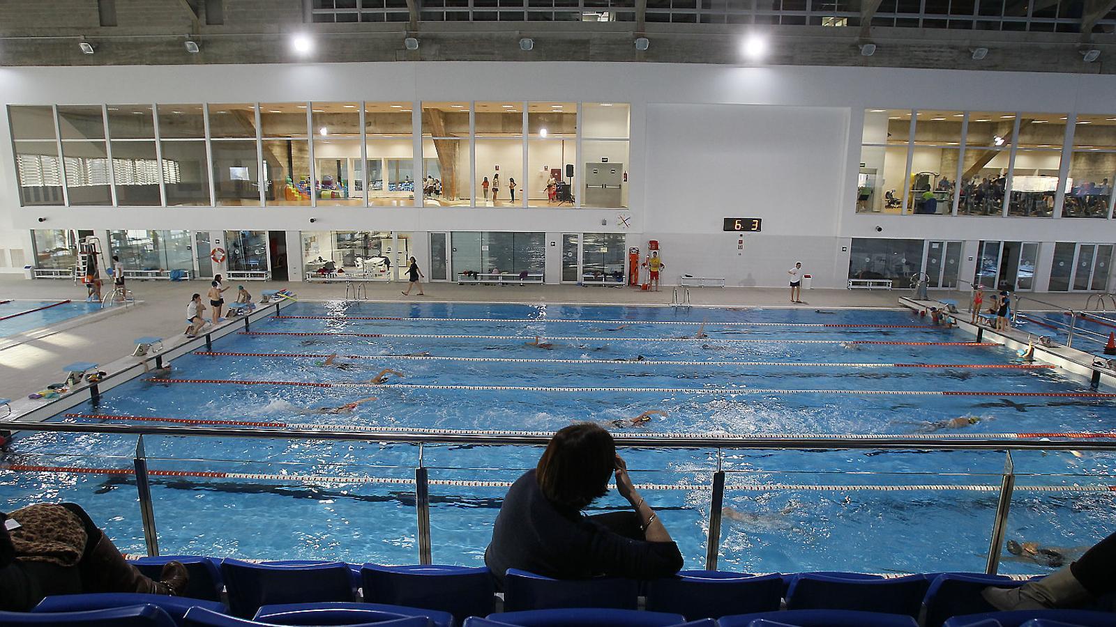 EXERCICI FÍSIC  Les piscines venen a ser gimnasos en versió més fina, ni que sigui perquè la gent hi sua d'una manera menys ostentosa (estan en remull) i perquè no s'hi sol escoltar un fil musical amb èxits de reggaeton (excepte algunes sessions d'aquagym).