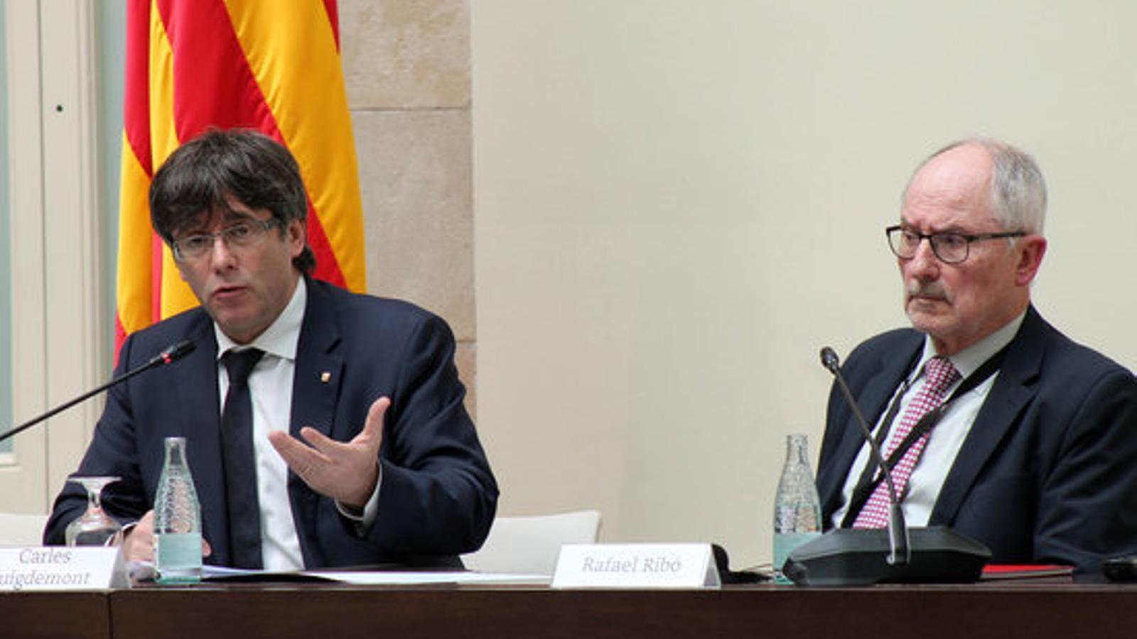 El president de la Generalitat, Carles Puigdemont, i el Síndic de Greuges, Rafael Ribó