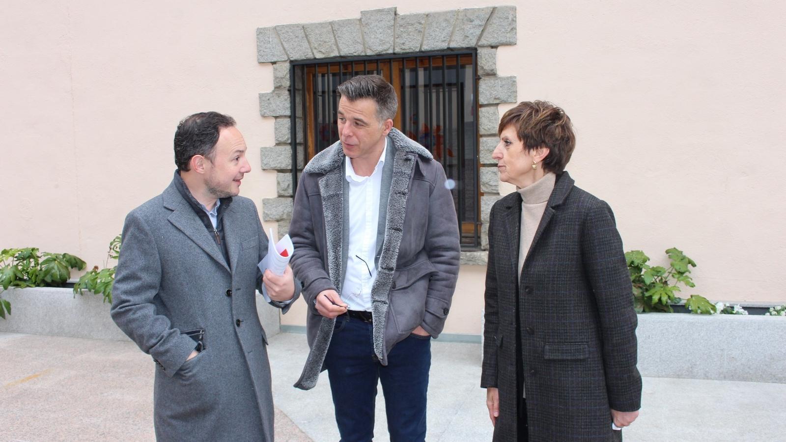 El candidat a cap de Govern per Demòcrates per Andorra, Xavier Espot, la número 3 a la llista nacional, Núria Rossell, i el número dos de la candidatura parroquial d'Andorra la Vella, Marc Pons, aquest dimarts a Casa de la Vall. / DA