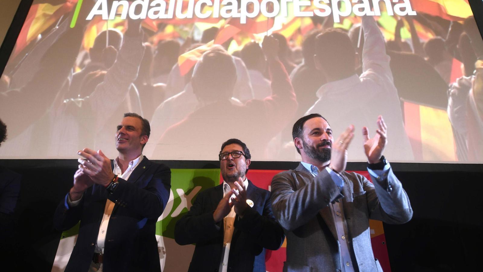 El secretari general de Vox, Javier Ortega Smith, el candidat a la presidència de la Junta d'Andalusia, Francisco Serrano, i el president del partit, Santiago Abascal, la nit electoral a Sevilla.