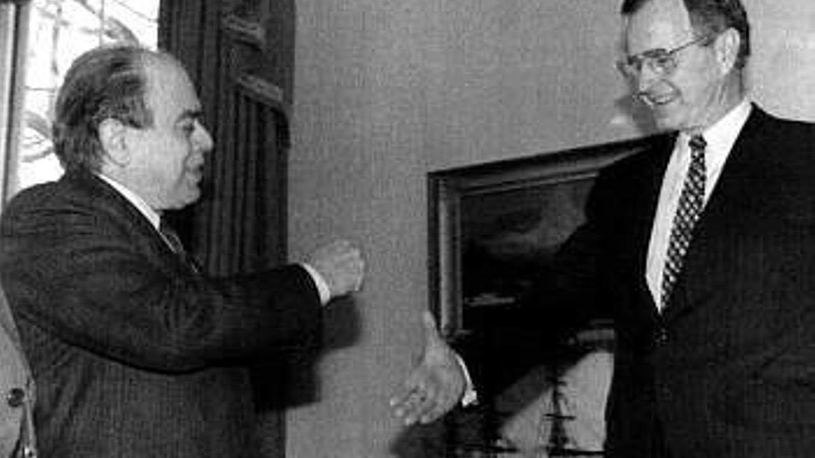 Jordi Pujol i George Bush pare donant-se la mà a la Casa Blanca.