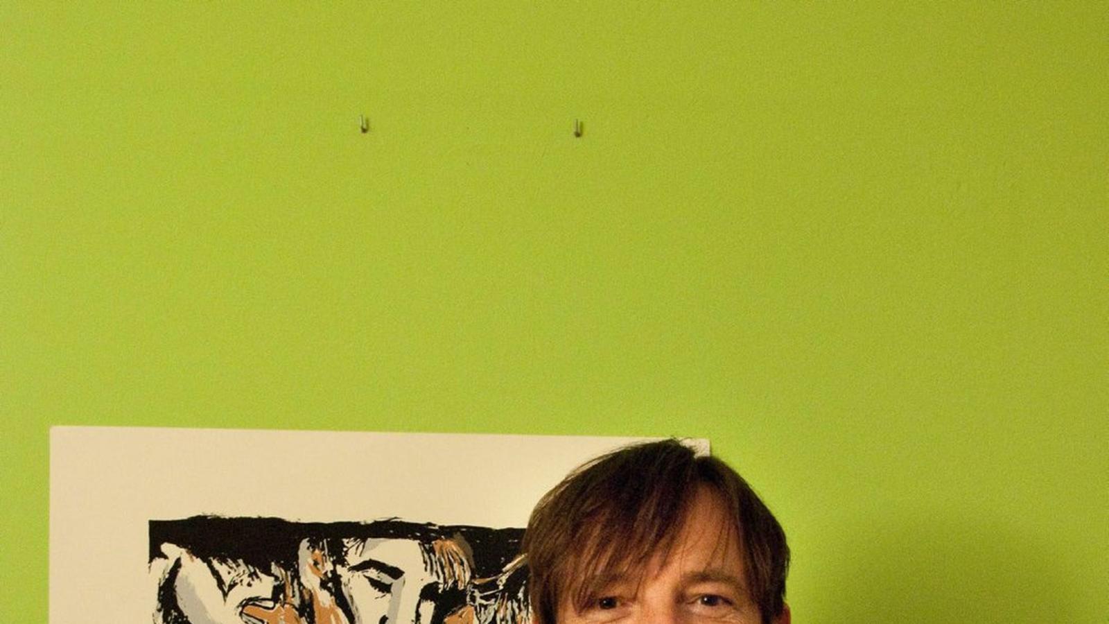 Ignasi Blanch conserva, orgullós, els pinzells amb els quals l'estiu del 1990 va pintar Parlo d'amor, la seva obra al Mur de Berlín. / VALERIA FOSSATI