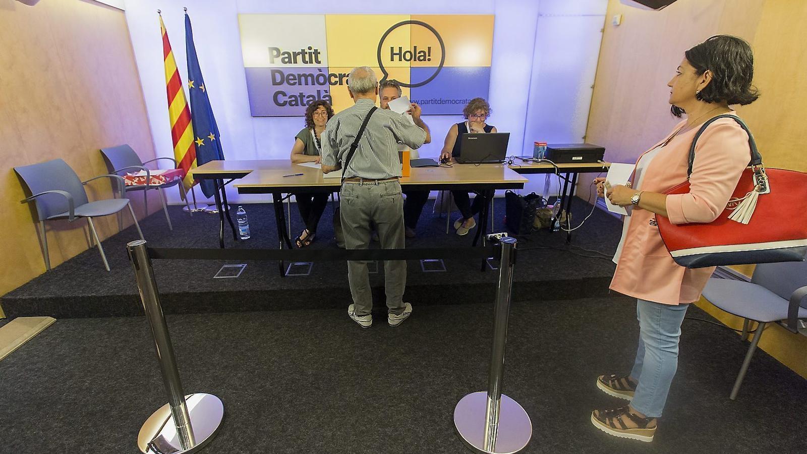 La militància de CDC va triar denominar-se Partit Demòcrata Català després de rebutjar els noms plantejats per la direcció.
