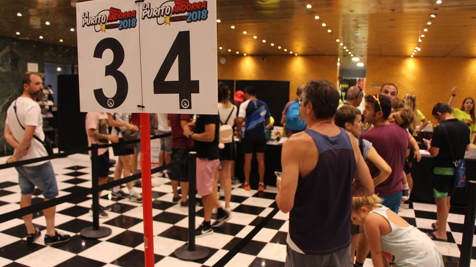 Participants a La Purito 2018 recollint el seu dorsal, al vestíbul del Centre Cultural i de congressos lauredià. / L. M. (ANA)