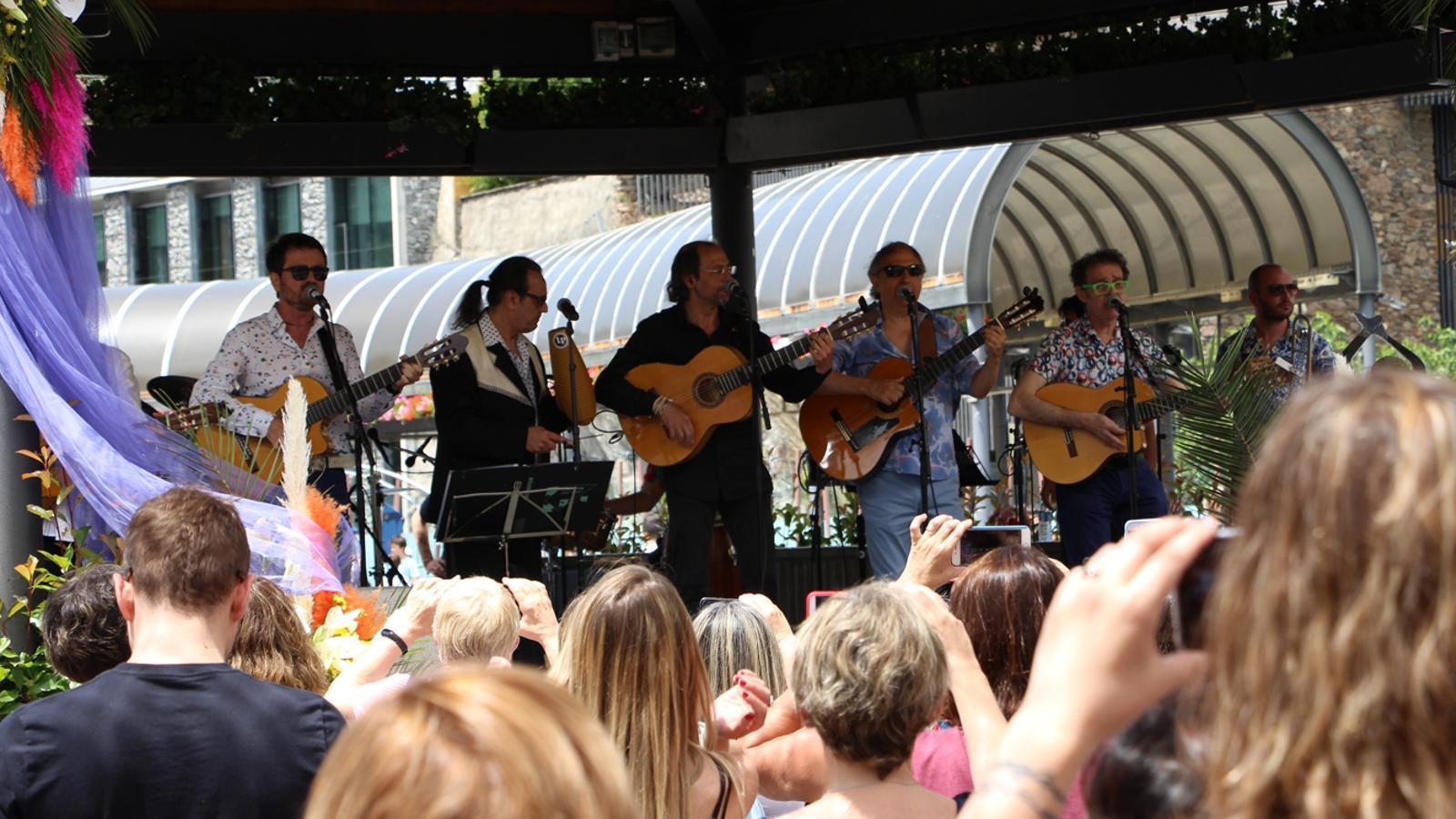 El concert de Los Manolos aplega centenars de persones a la plaça del Poble d'Andorra la Vella. / M. P. (ANA)