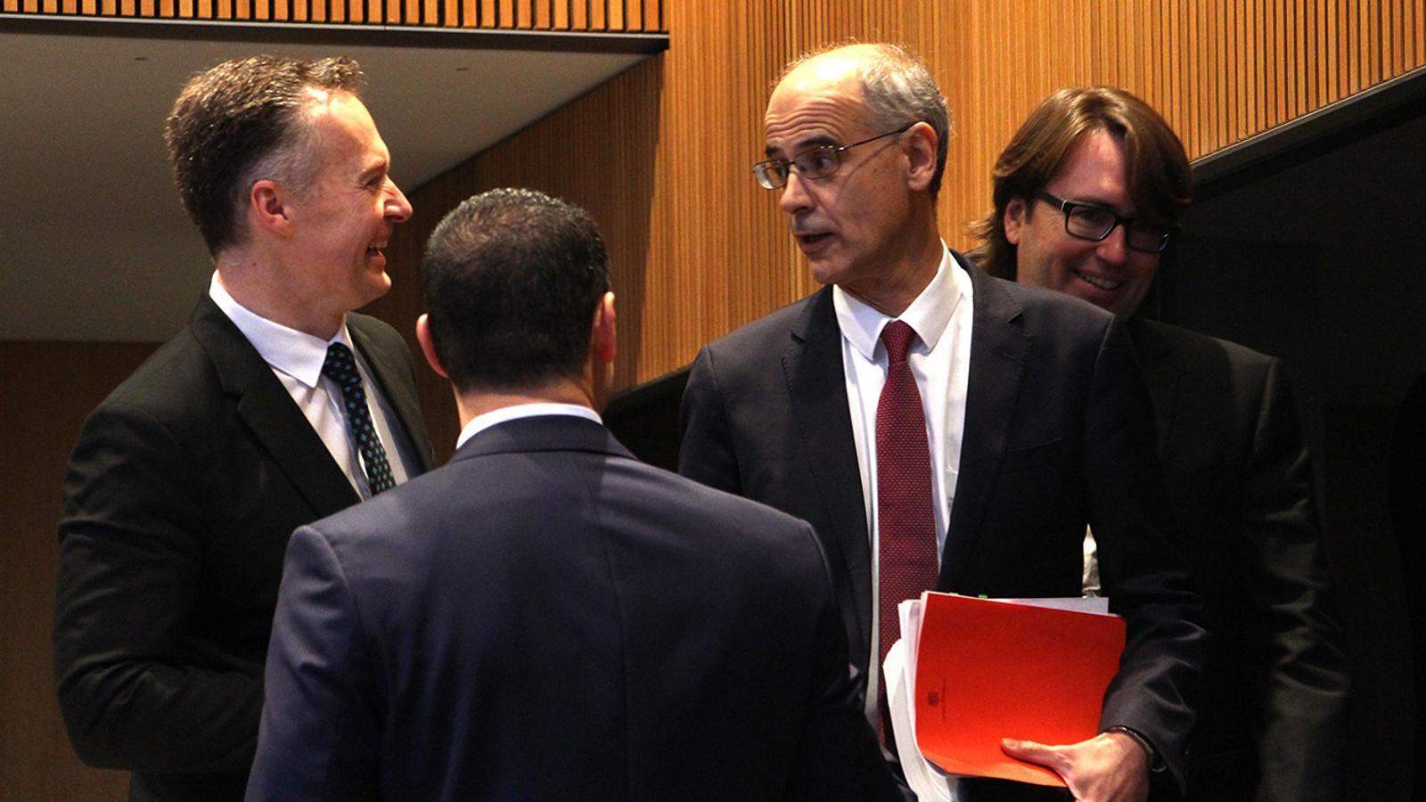 El cap de Govern,. Toni Martí, conversa amb consellers de liberals moments abans de la sessió. / M. M. (ANA)