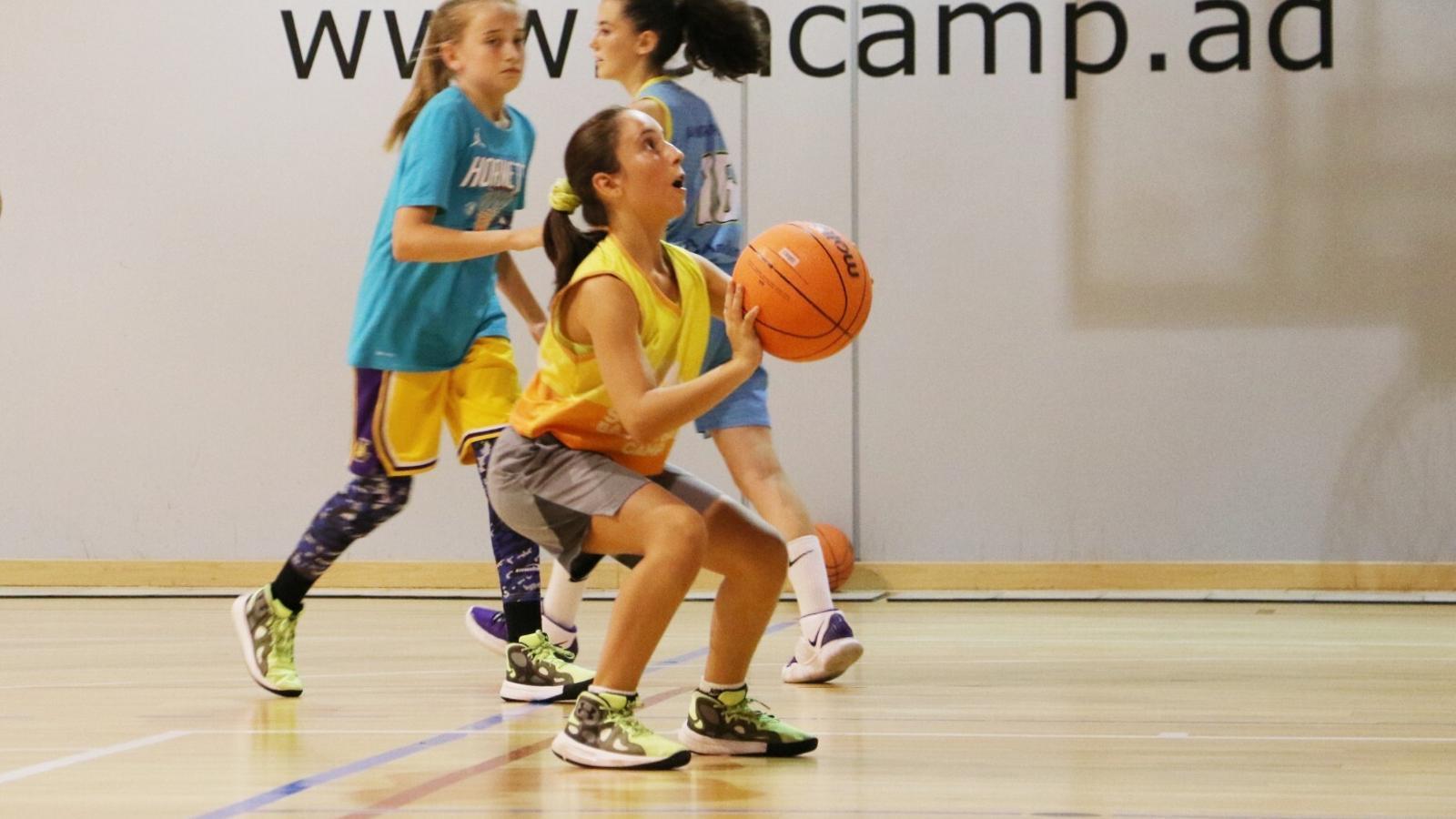 La sessió d'aquest dijous a la tarda del campus de bàsquet femení celebrat a Encamp. / E.C. (ANA)