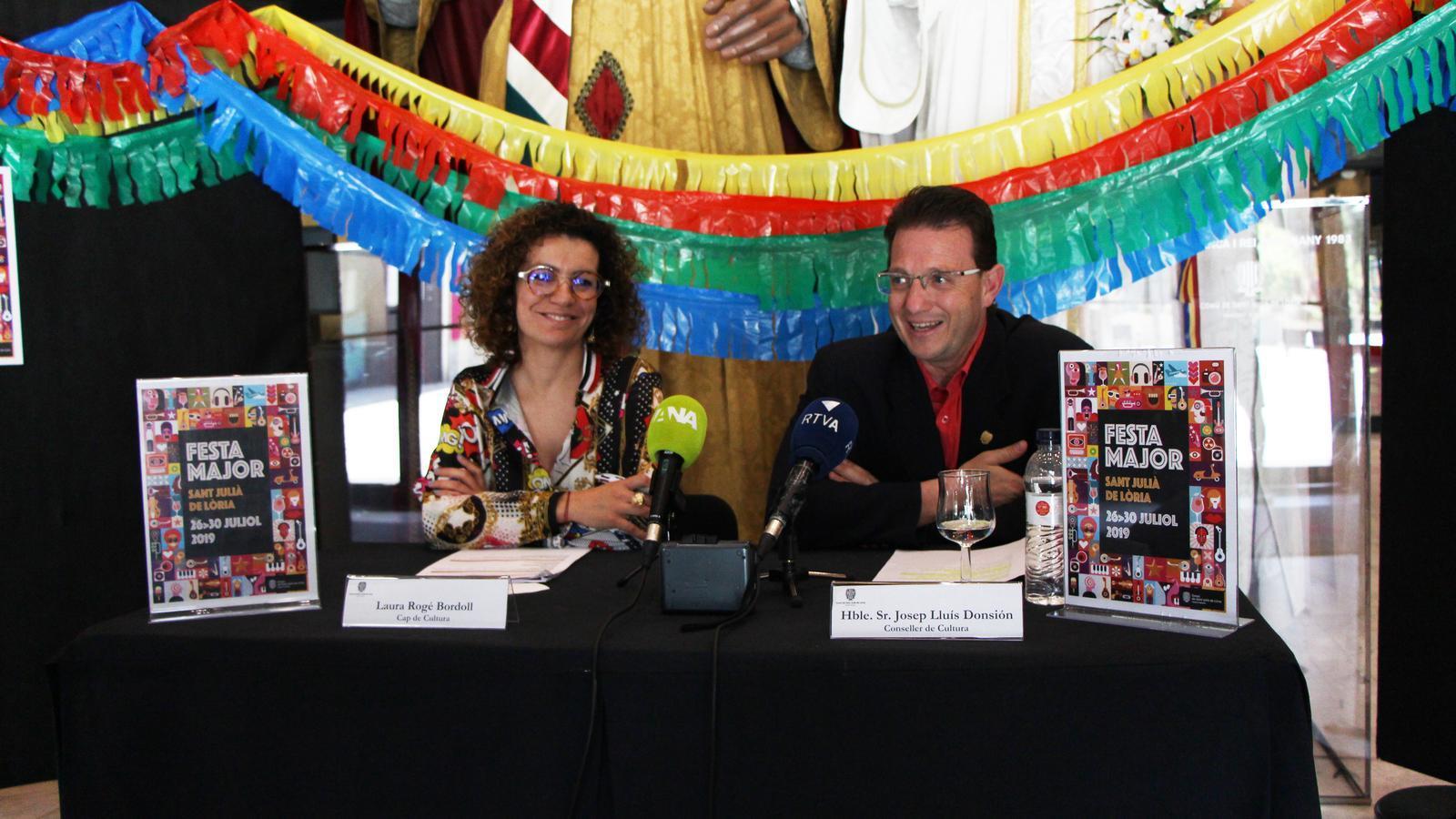 Laura Rogé, cap de Cultura i Josep Lluís Donsión, conseller de Cultura de Sant Julià de Lòria, durant la roda de premsa celebrada aquet dilluns al centre de Cultura i de Congressos Lauredià de Sant Julià de Lòria. / M. R. F. (ANA)