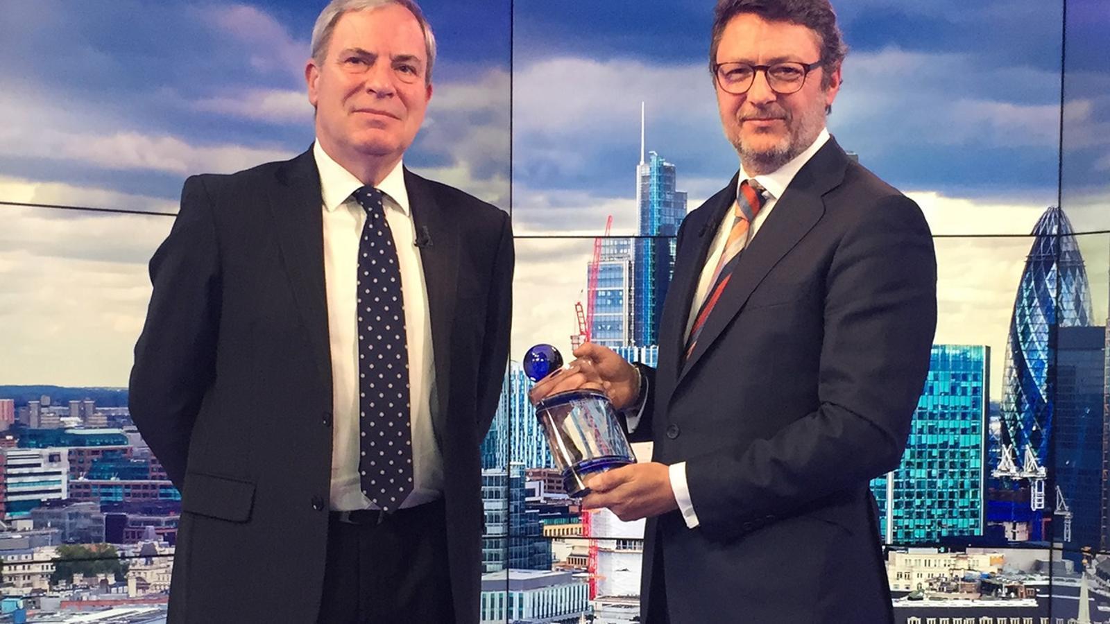 Pedro González Grau, amb el premi i el periodista d'International Banker Simon Hughes. / MORABANC