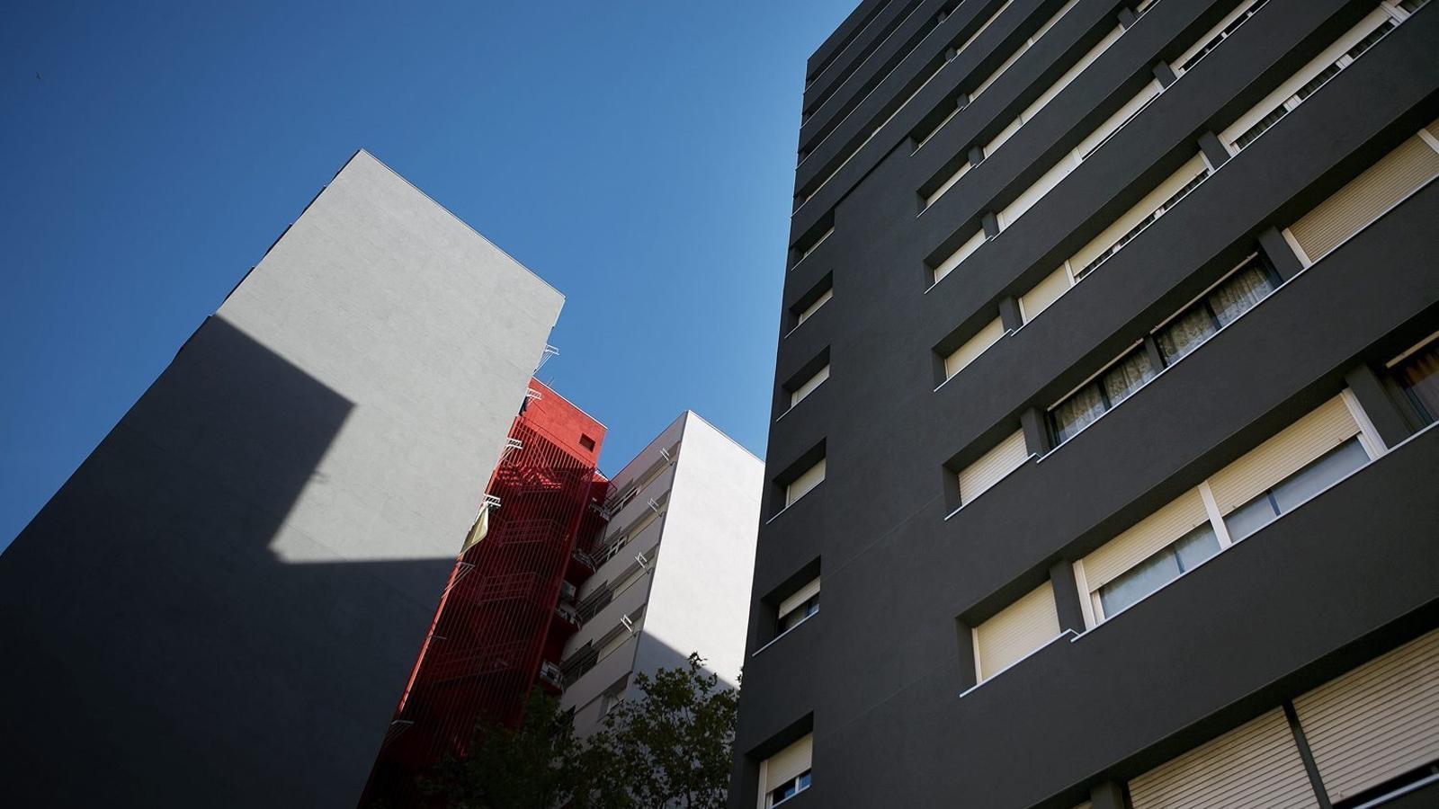 Barcelona empaita els pisos buits per destinar-los a lloguer social.