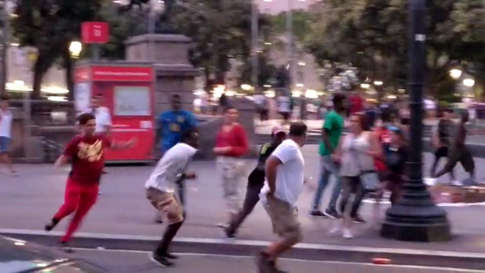 Un turista, ferit amb un trau al cap per l'agressió d'un grup de manters a Barcelona