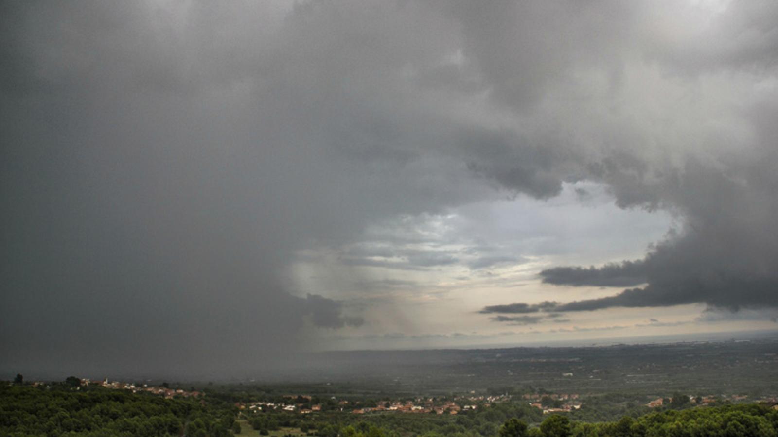 Tempesta ahir a la tarda a Almoster, va deixar 46 mm a l'urbabització de Picarany // Jaume Alegre