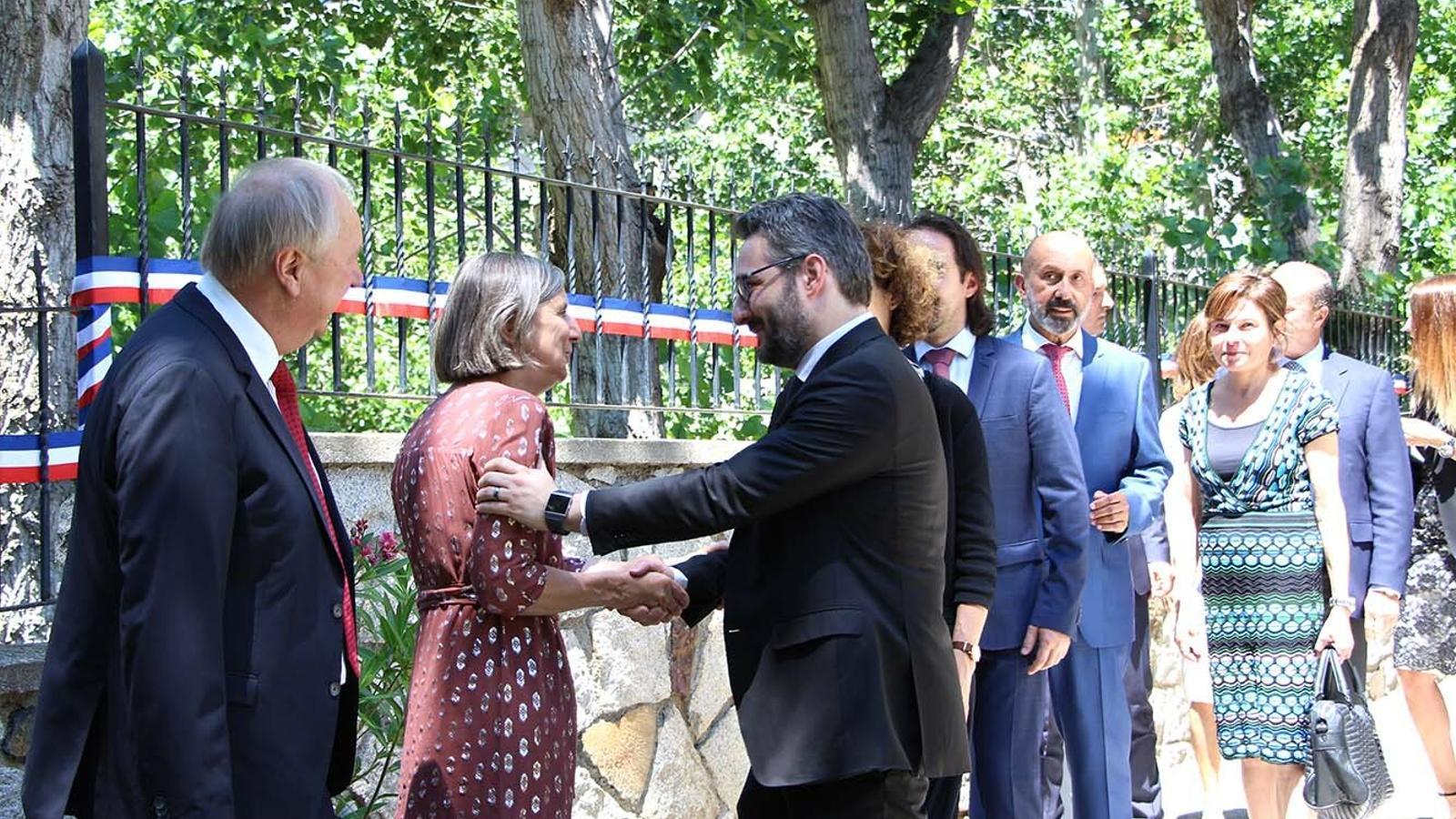 El ministre de Finances i portaveu, Eric Jover, saluda l'ambaixadora francesa, Jocelyne Caballero. / M. F. (ANA)