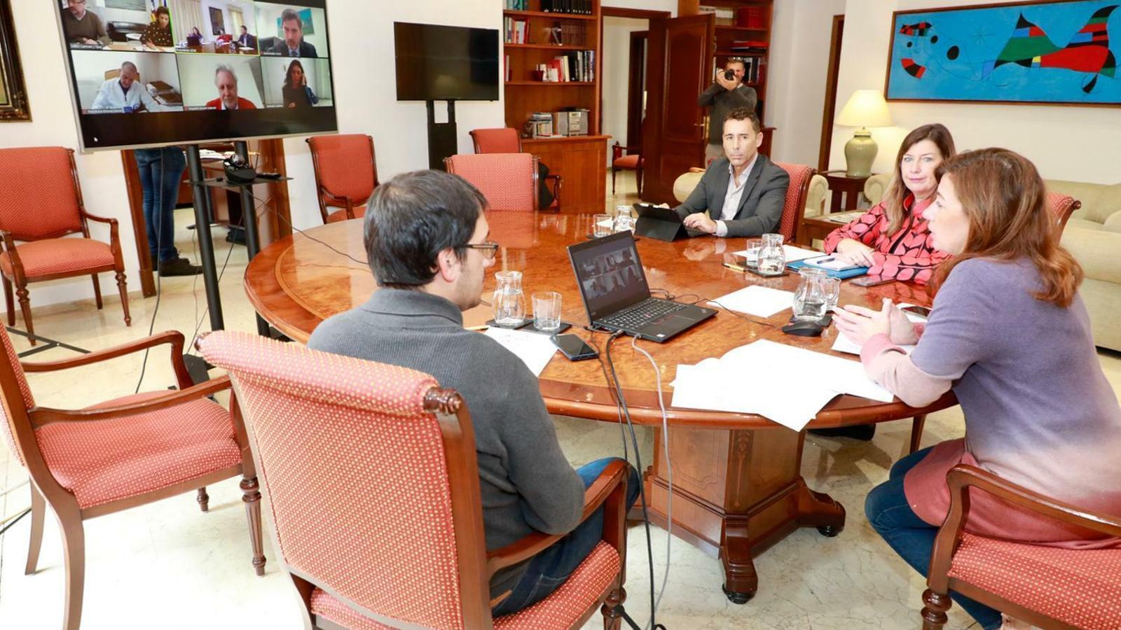 Francina Armengol durant la reunió amb els representants de les clíniques privades