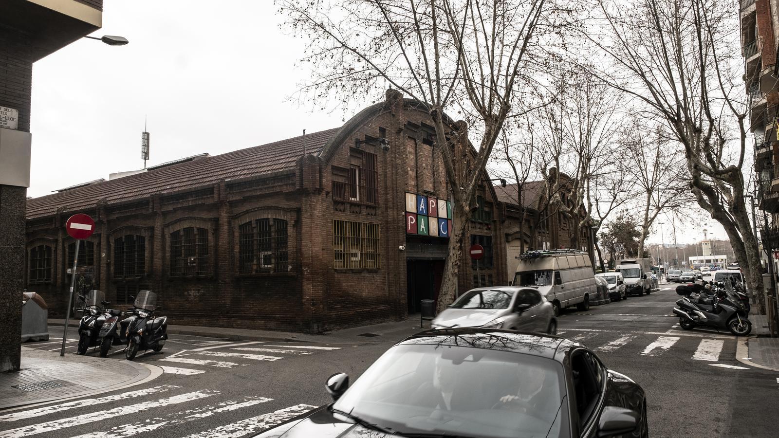 Local industrial que ocupa Happy Parc al carrer Comtes de Bell-lloc, al barri de Sants