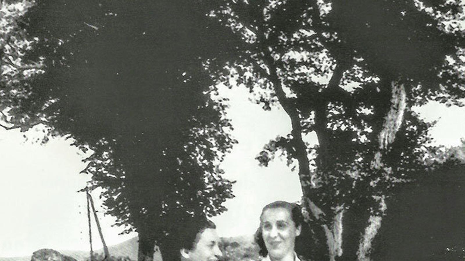 La targarina Rosa Foguet i Doll passejant agafada de bracet de Maria Batet, secretària de Frederica Montseny.