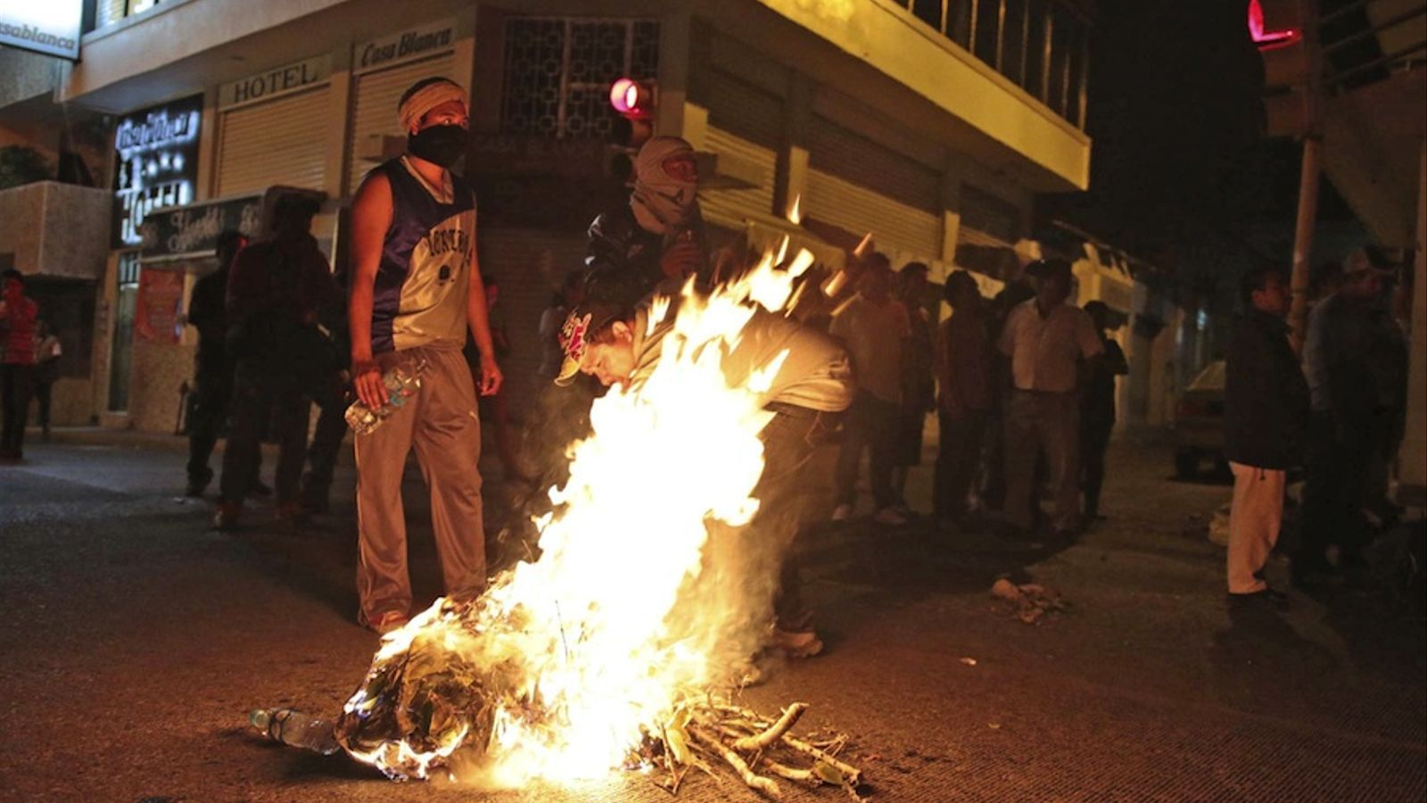 Barricades a Chilpancingo en protesta per l'enfrontament entre policies federals i mestres. EFE
