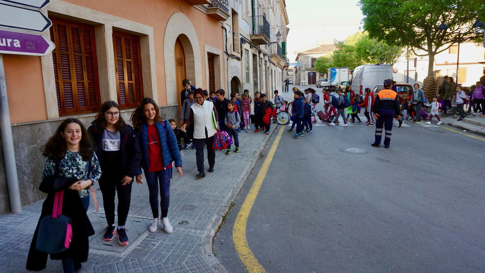 Imatge de l'estrena de la línia escolar que surt de la plaça.