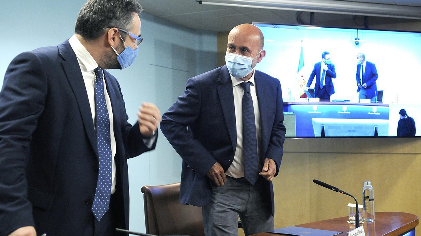 Els ministres portaveu i de Salut, Eric Jover i Joan Martínez Benazet, amb la mascareta posada. / SFG
