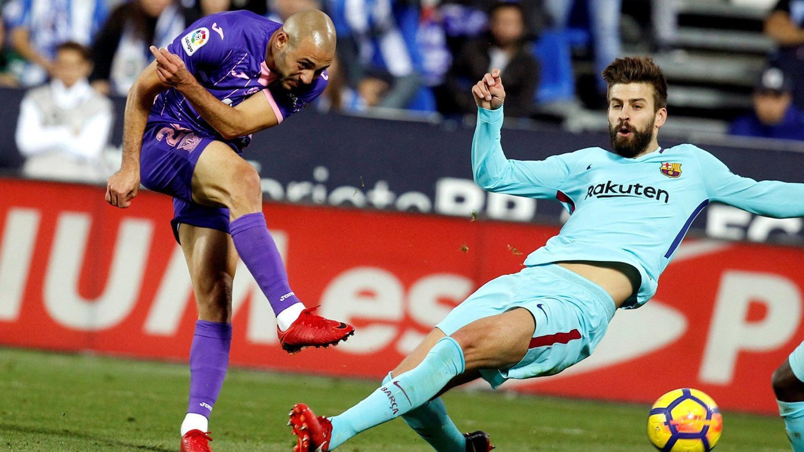 Amrabat i Piqué durant el partit. Precisament en una acció entre els dos futbolistes el central blaugrana va veure la targeta groga.