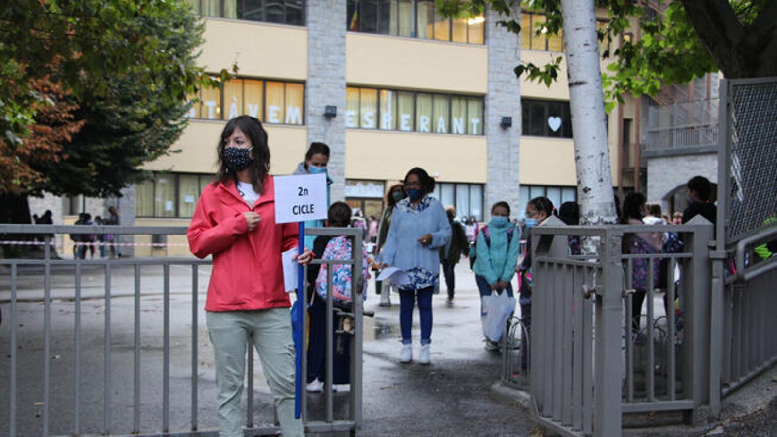 Mestra espera els alumnes de 2n cicle per poder entrar junts a l'aula. / ANA