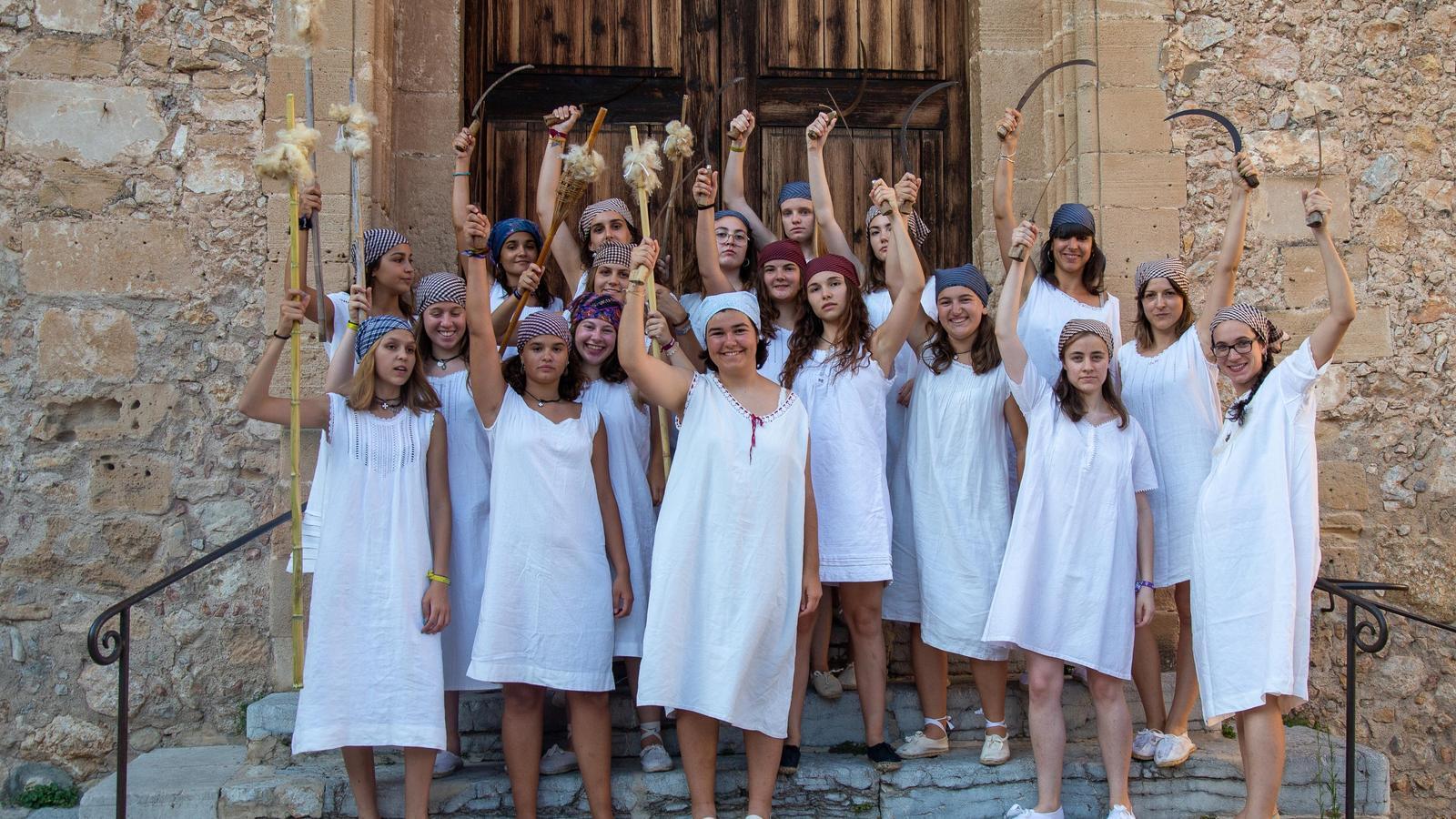 Joves amb la vestimenta amb què Mala Pècora vol participar en el simulacre.