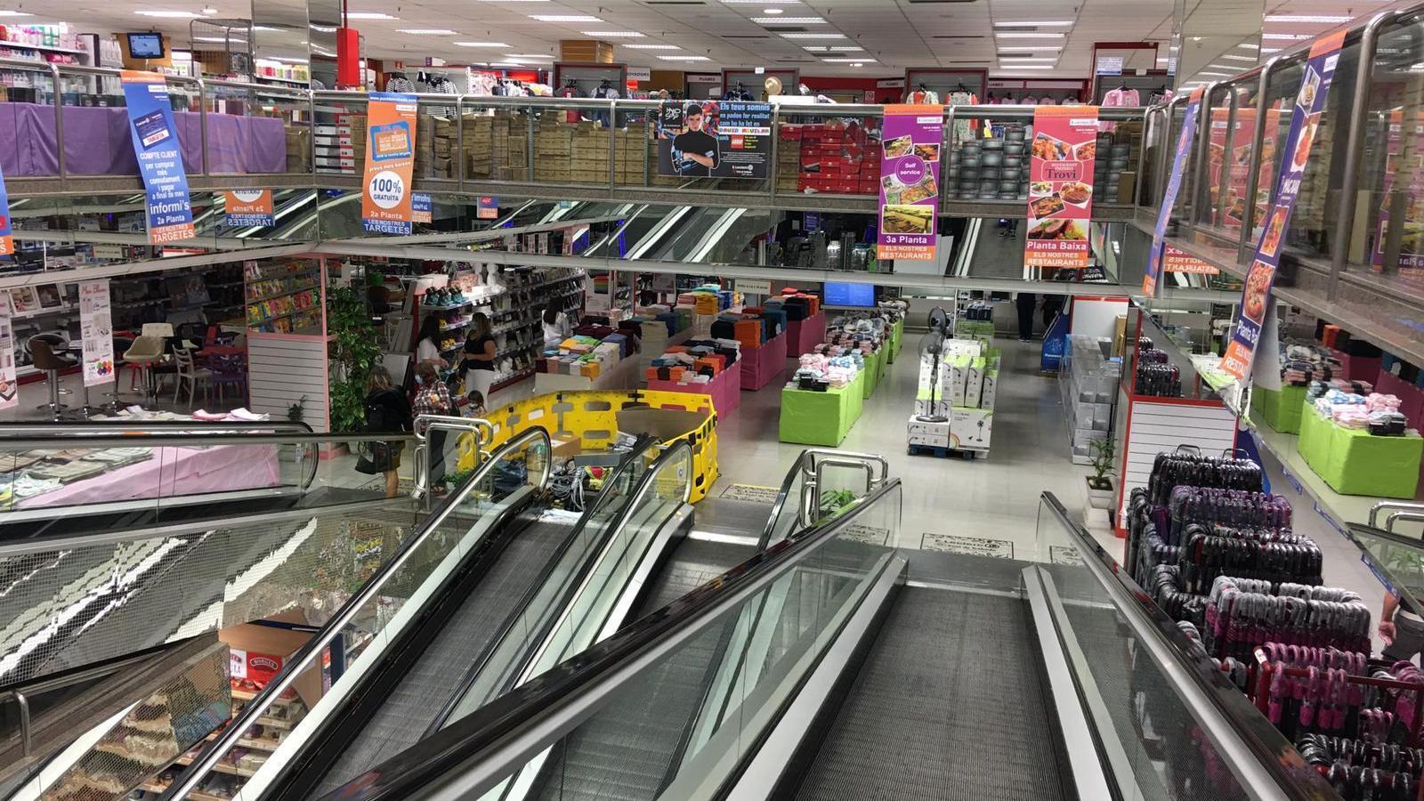 Algunes seccions del Punt de Trobada, sense cap client aquest dilluns al matí. / M.P. (ANA)