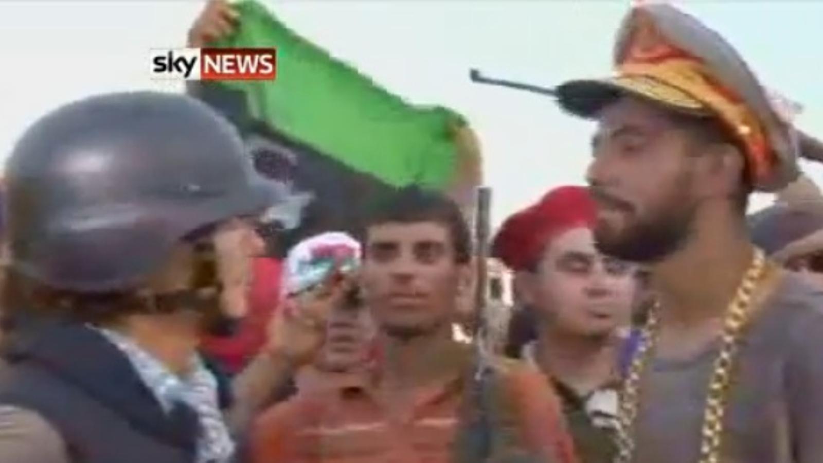 Un rebel 'roba' el barret a Gaddafi