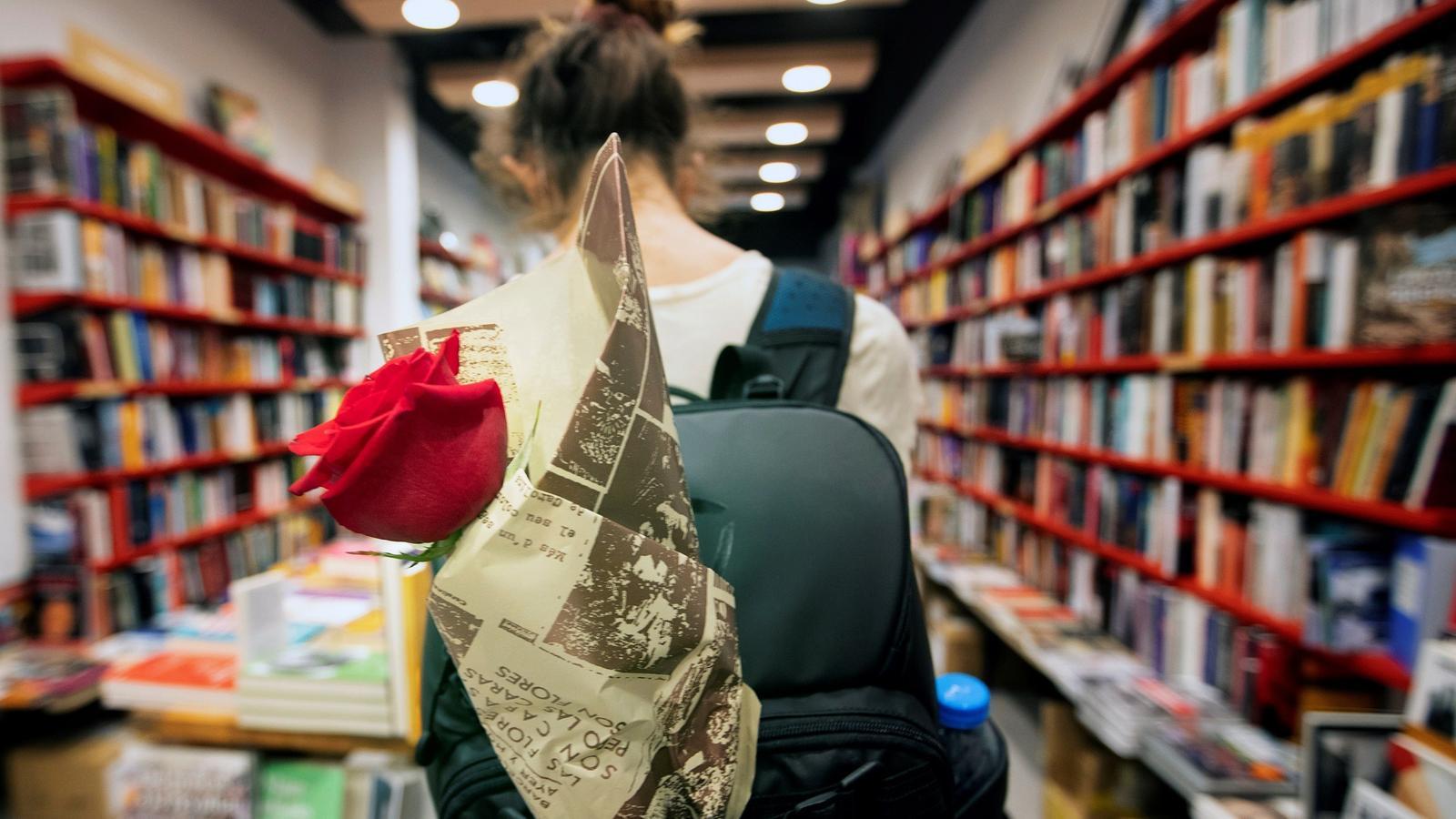 Una noia en una llibreria en la diada de Sant Jordi d'estiu
