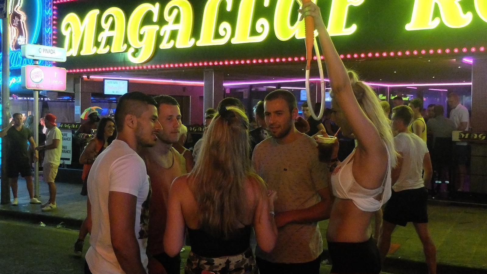 La Policia prohibeix una ruta d'alcohol amb 90 britànics aMagaluf