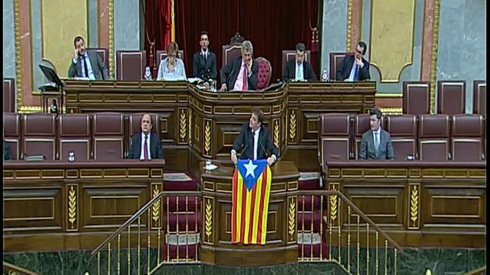 El diputat independentista Alfred Bosch despelga una estelada al Congrés