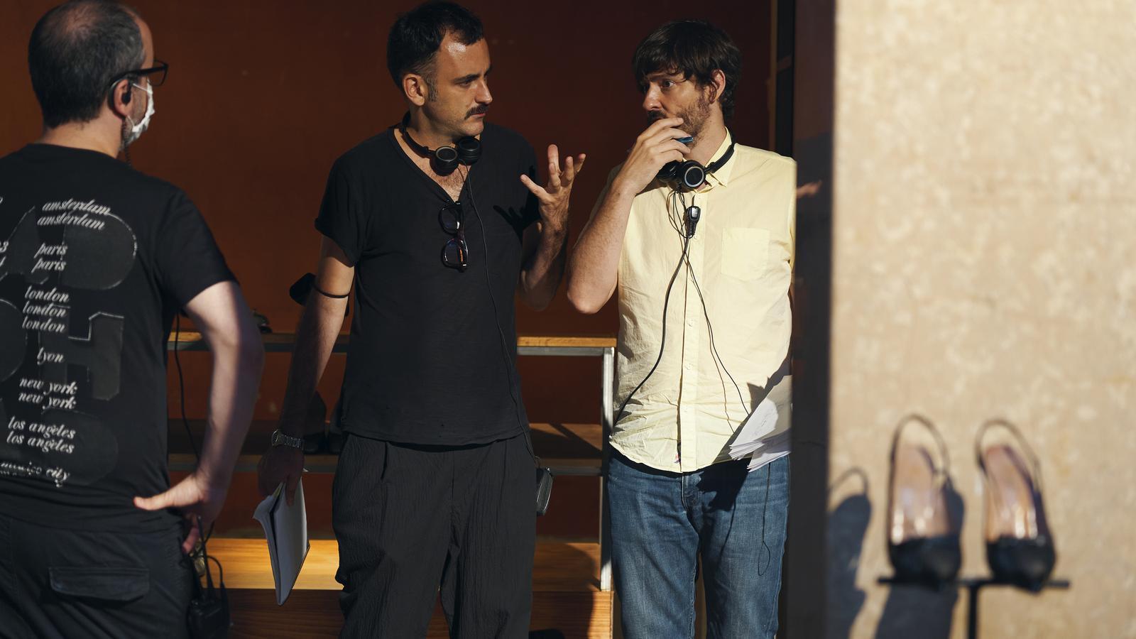 Carlos Marqués-Marcet (a la dreta) i Pablo Messiez durant el rodatge de 'Todo el tiempo del mundo' per a HBO