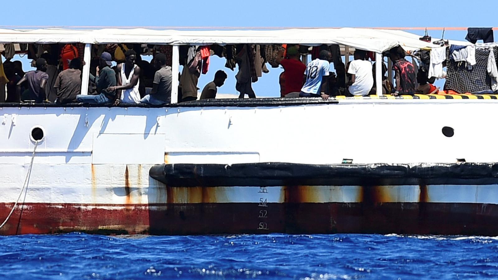 Un grup de rescatats a bord de l''Open Arms', que es troba a pocs metres de l'illa italiana de Lampedusa.