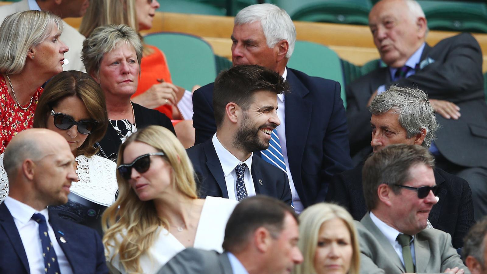 Gerard Piqué, al centre, presenciant un partit de Wimbledon.