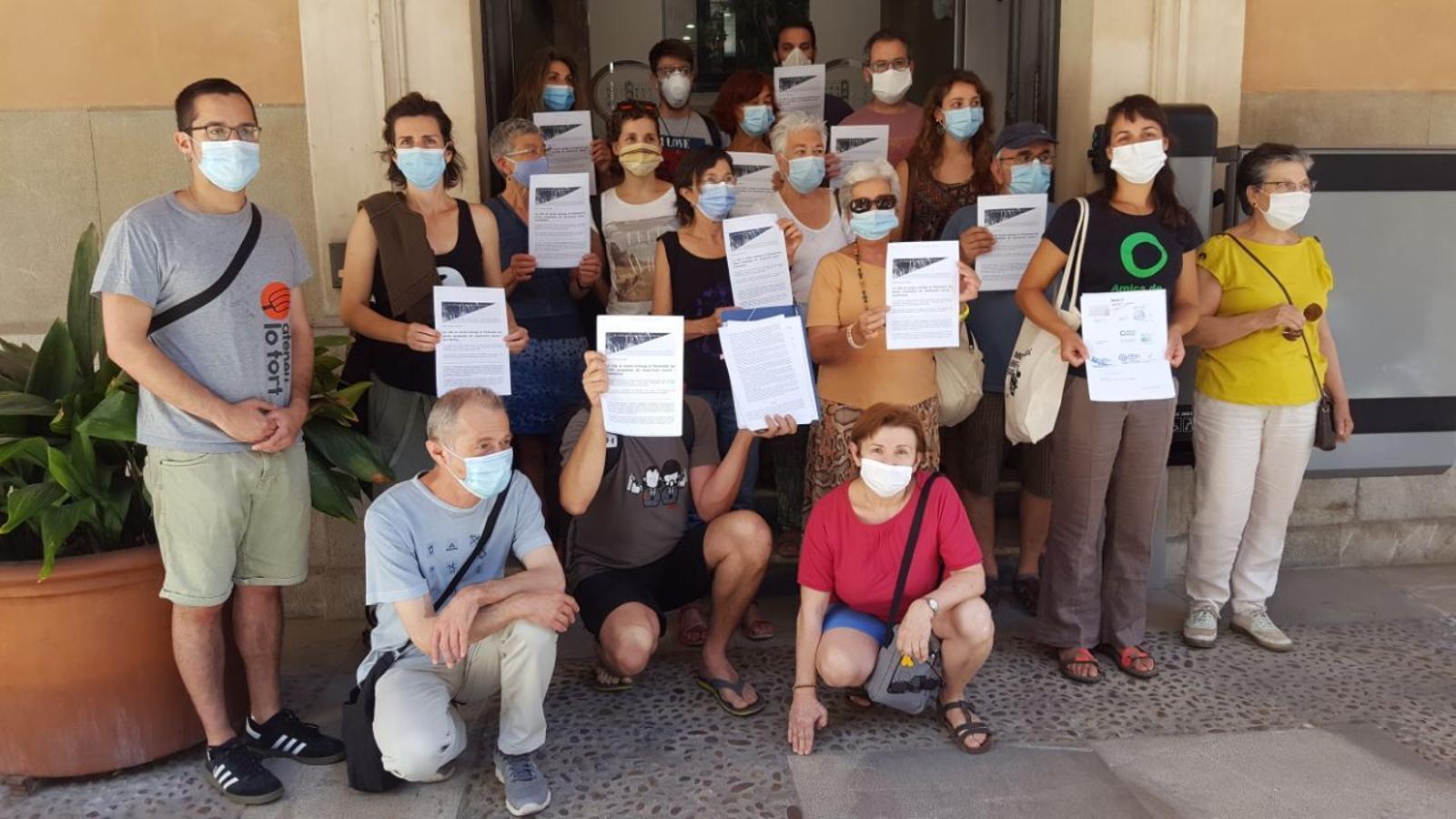 Activistes de La Vida al Centre presenten 80 propostes al Parlament