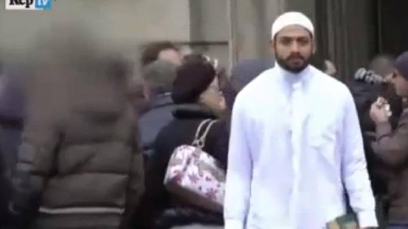 Talibà de merda: així reaccionen els milanesos davant d'un jove vestit amb la roba tradicional islàmica