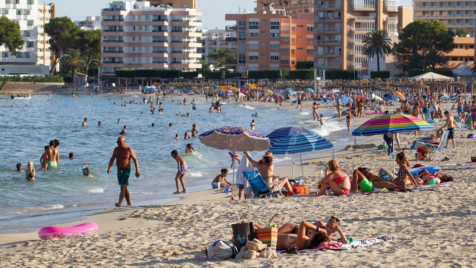 Una imatge de la platja de Palmanova, a l'illa de Mallorca, presa aquest dilluns