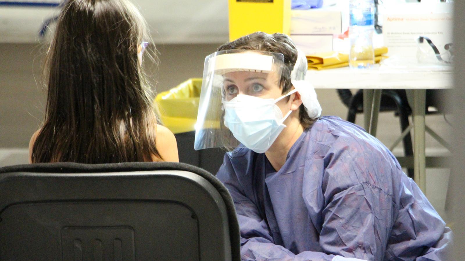 Un infant fent-se el test TMA a l''stop lab' d'Andorra la Vella. / M. P. (ANA)