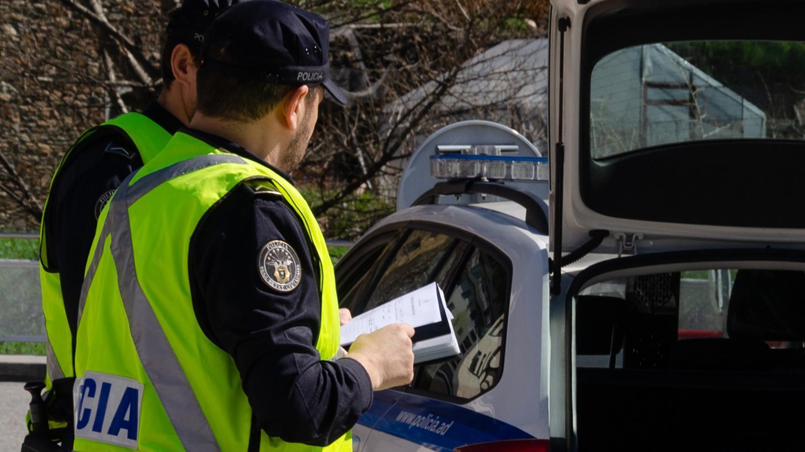 Agents de policia en un control de trànsit. / ARXIU ANA