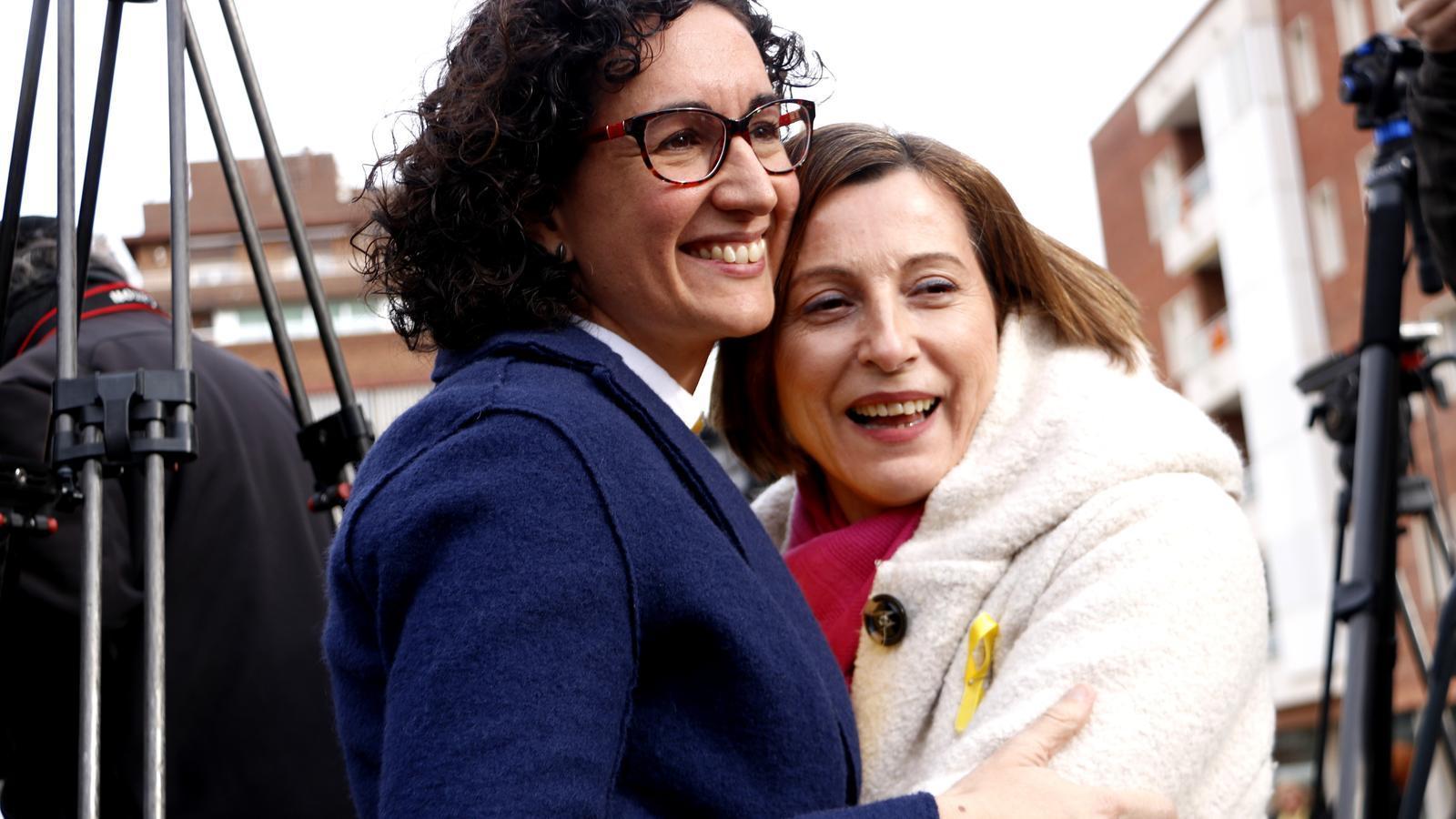 Marta Rovira i Carme Forcadell s'abracen abans de començar el míting de Badalona