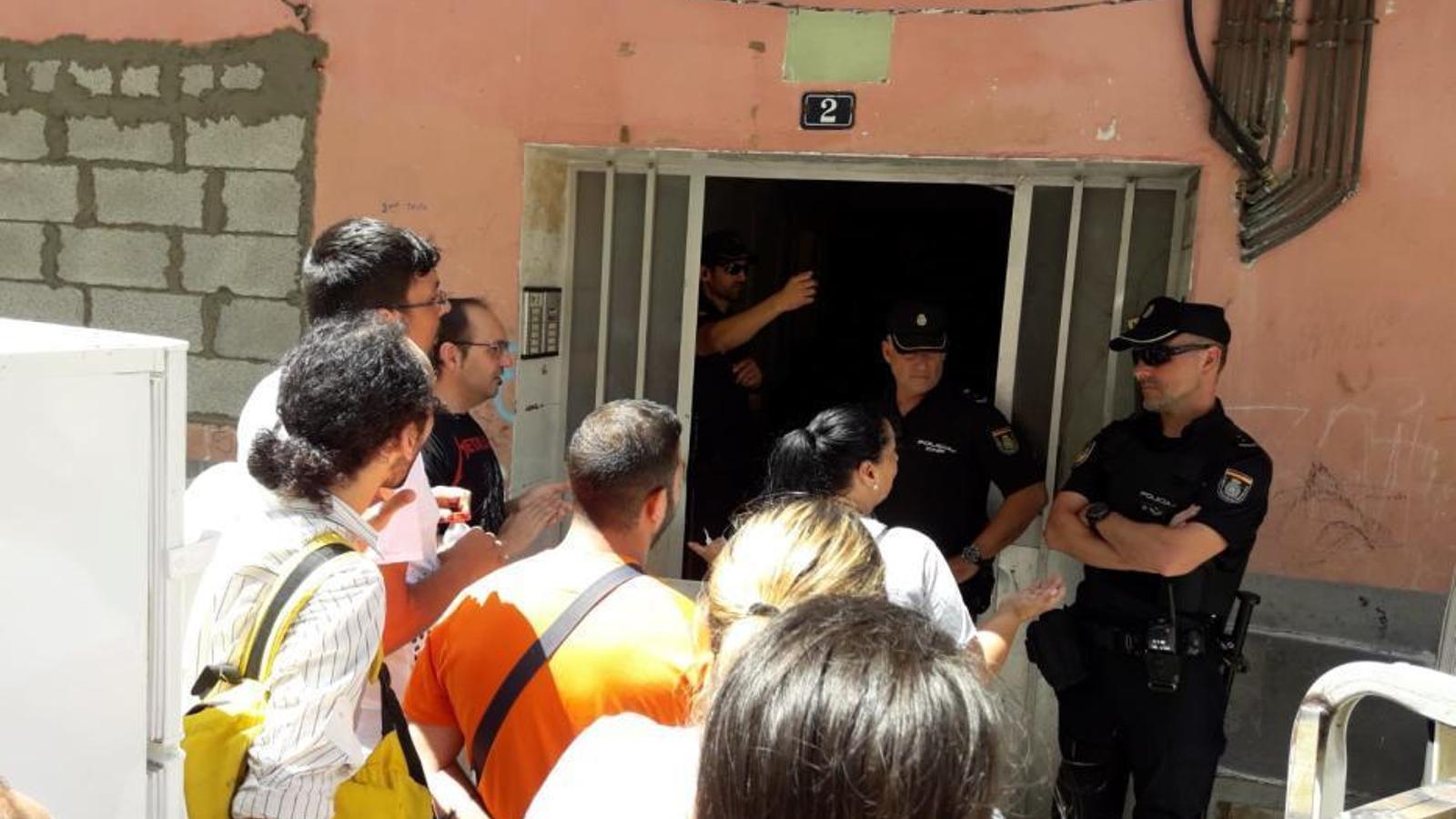 Activistes d'Stop Desnonaments i policies nacionals en una imatge d'arxiu.
