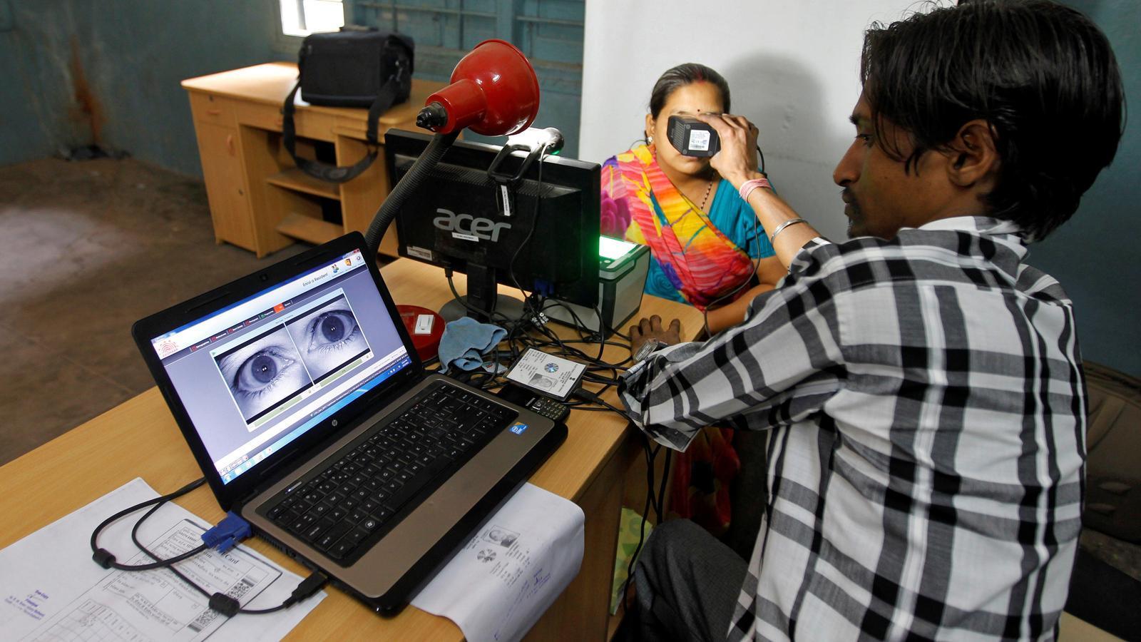 Una dona passa pel procés d'exploració ocular per al sistema de base de dades d'identificació única