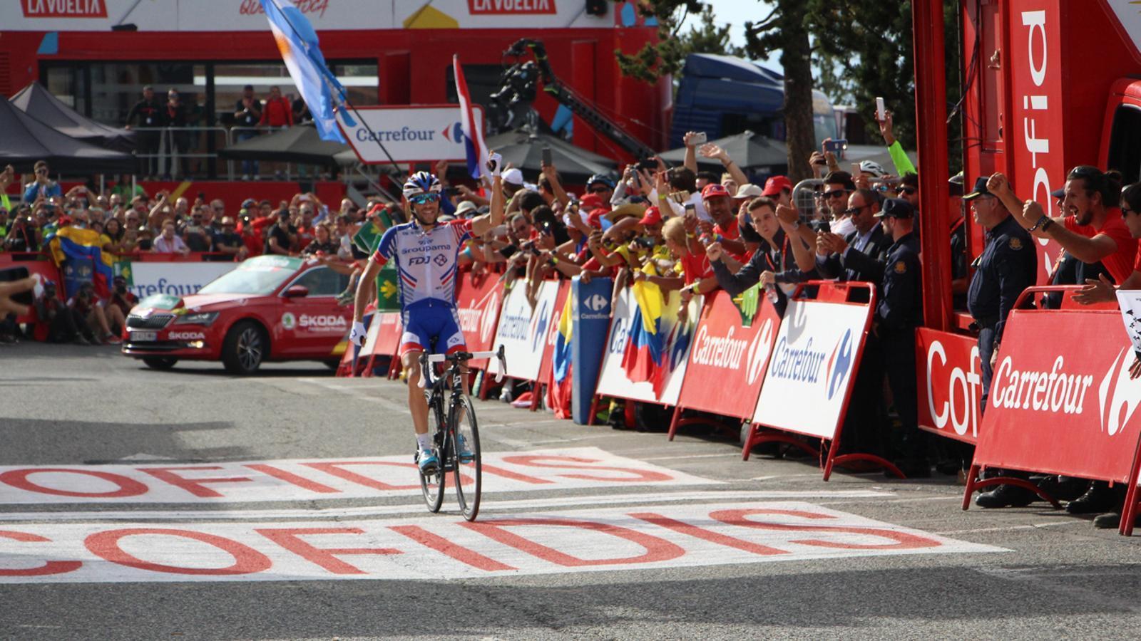 El guanyador de la dinovena etapa de la Vuelta, en el moment de creuar la línia d'arribada. / M. P. (ANA)