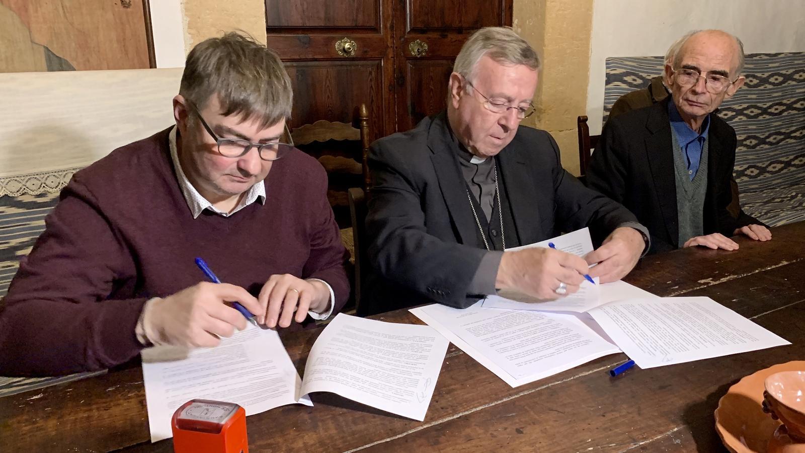 Moment de la signatura del conveni a la parròquia.