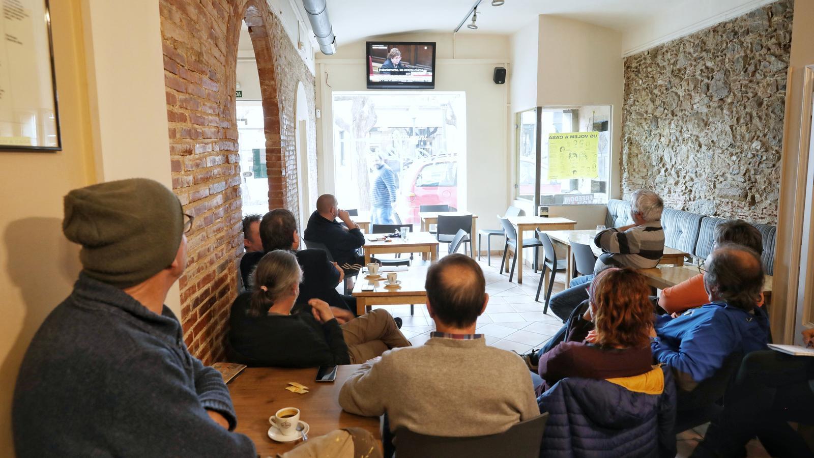 Amics i familiar de Dolors Bassa seguint la seva declaració des d'un bar de Torroella de Montgrí