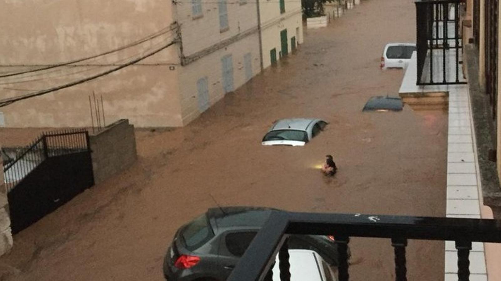 Es desborda el torrent de Sant Llorenç i arrossega desenes de vehicles