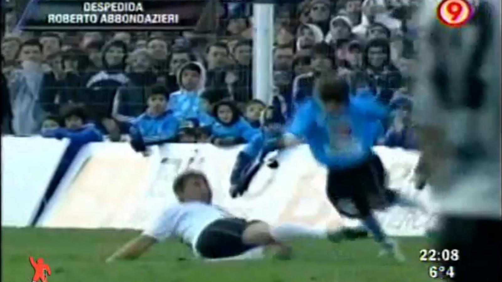 El Pato Abbondanzieri li dóna una puntada de peu al seu fill