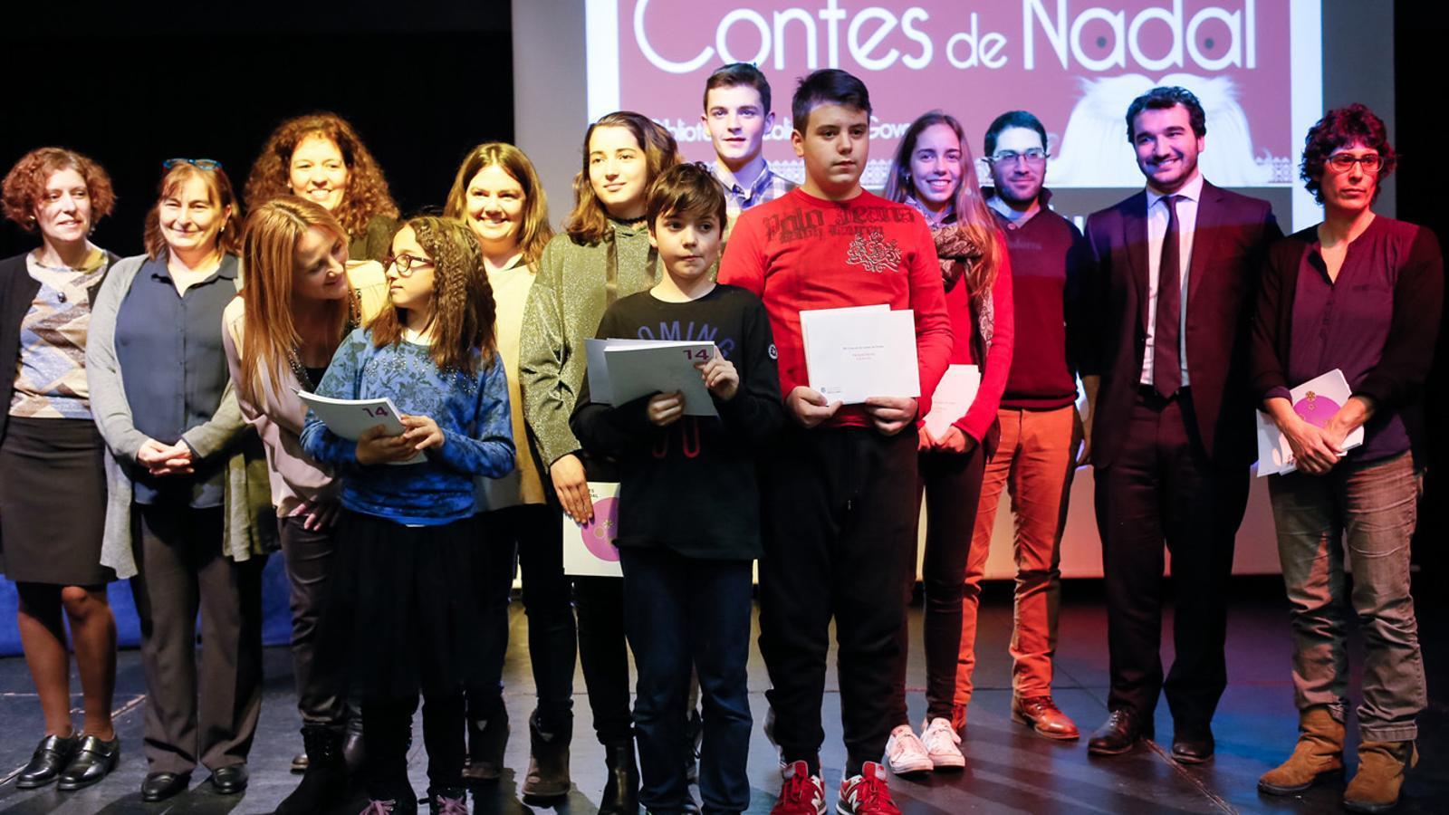 Fotografia de grup dels guanyadors i finalistes del 29è Concurs de contes de Nadal. / SFGA/CESTEVE