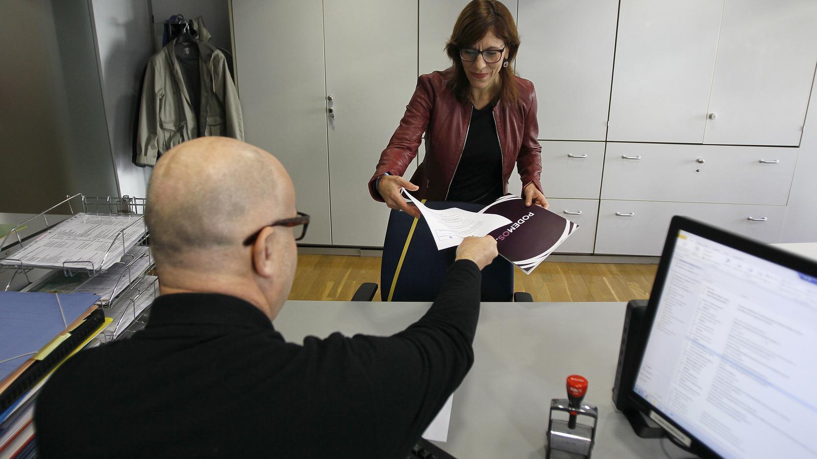 Laura Camargo aquest dilluns al Parlament presentant l'escrit en el qual deixa de ser la portaveu del grup Podem.